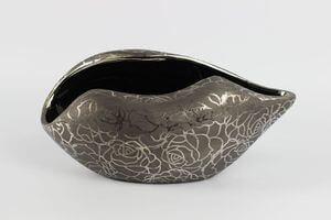 Sivá tmavá vzorovaná váza v tvare mušle 29cm
