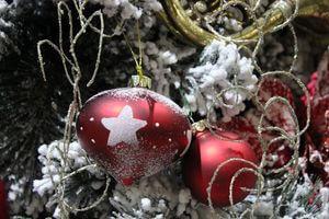 Červené vianočné ozdoby s bielou námrazou  4 ks