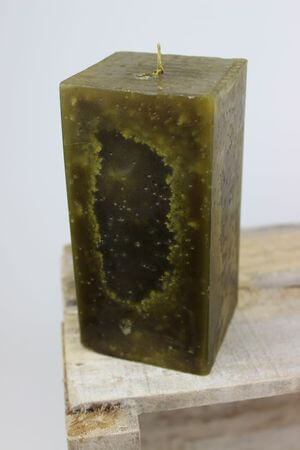 Zelená voňavá sviečka v tvare hranola 15 cm