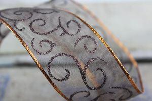 Hnedá priehľadná vzorovaná stuha s medeným okrajom