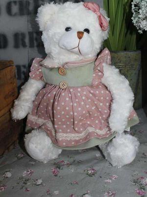 Biely macko v pastelových vintage šatách