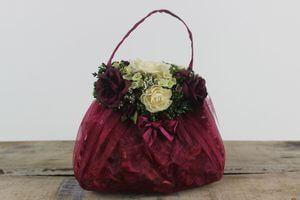 Bordový aranžmán kvetov v kabelke