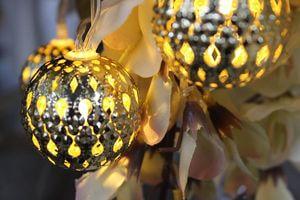 Zlatá svetelná reťaz zo vzorovaných guliek
