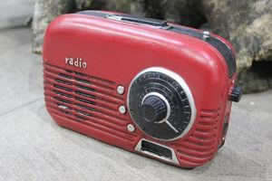 Červená pokladnička v tvare retro rádia