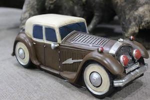 Hnedá pokladnička v tvare retro auta