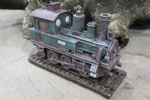 Starozelená retro pokladnička v tvare lokomotívy