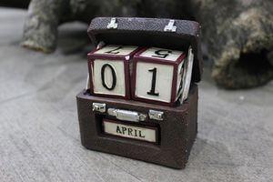 Hnedý retro kufor s kalendárom