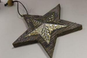 Hnedo strieborná závesná drevená hviezda 16cm