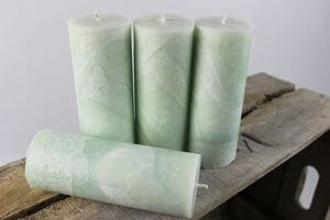 Zelené sviečky v  mramorovom dizajne 15cm 4ks