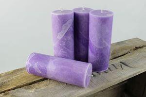 Fialové sviečky v mramorovom dizajne 15cm 4ks