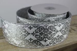 Bielo strieborná stuha s ornamentom 6,5cm x 10m