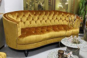 Zlatá Chesterfield sedačka