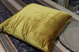 Zlatý lesklý zamatový vankúš 40cm