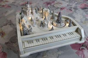 Biela svietiaca a hracia dedinka na klavíri 23cm