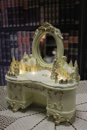 Krémovo zlatá dekorácia svietiaceho stolíka 21cm