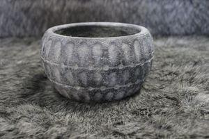 Sivý starodávny okrúhly kvetináč 18cm