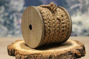 Hnedá pletená šnúra na drevenej špuľke