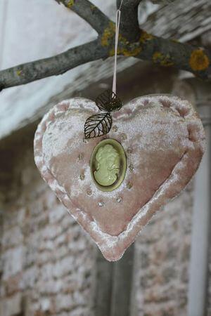Ružové zamatové závesné srdce
