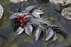 Sivo strieborný konárik s červenými bobuľkami