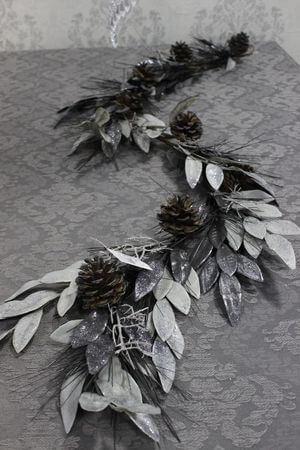 Sivo strieborná girlanda s glitrom a šiškami 145cm
