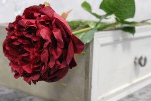 Červená umelá plnokvetá ruža na stonke 83cm