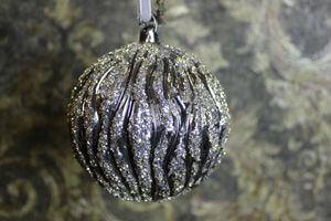 Sivo strieborná lesklá guľa škriabaná 4 ks