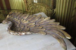 Starozlatá patinovaná misa v tvare krídla
