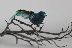 Modrý dekoračný vtáčik na štipci 18cm