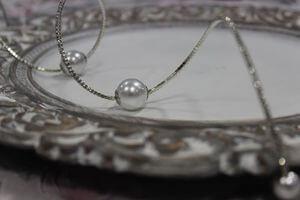 Strieborný krúžok na servítku s perlami