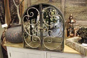 Rusty čierna zámocká skrinka so zrkadlom