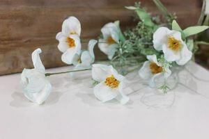 Biele umelé lúčne kvietky v kytičke 54cm