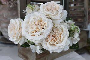 Krémová kytica z ruží a hortenzií