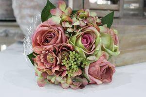 Ružovo zelená kytička z ruží a hortenzie