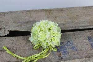 Bledozelený kvetinkový venček na 7cm