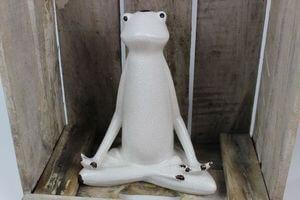 Krémová dekoračná soška sediaca žaba 23cm