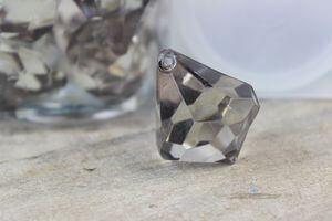 Sivé dekoračné kamienky v tvare kryštálu 20ks