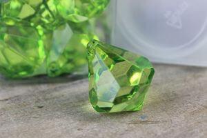 Zelené dekoračné kamienky v tvare kryštálov 20ks