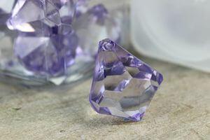 Fialové dekoračné kamienky v tvare kryštálov 20ks