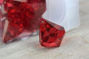 Červené dekoračné kamienky v tvare kryštálov 20ks