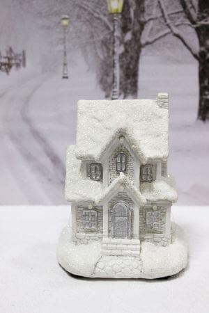 Biely svietiaci domček 12cm