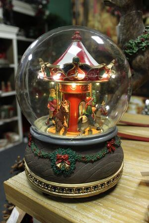 Svietiaca vianočná hracia guľa s kolotočom