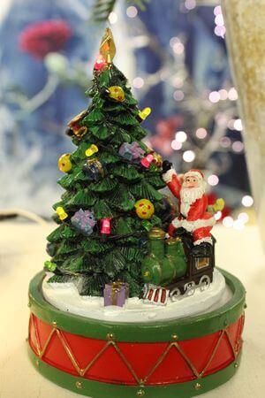 Svietiaci hrací pohyblivý stromček a Mikuláš 16cm