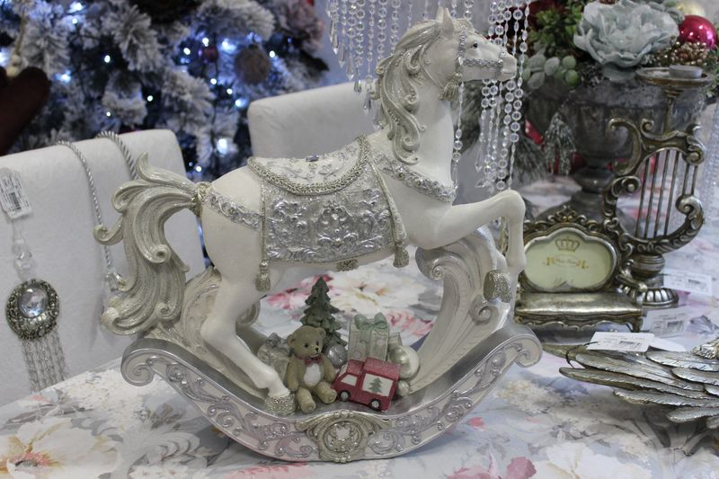 Bielo strieborný svietiaci koník s darčekmi